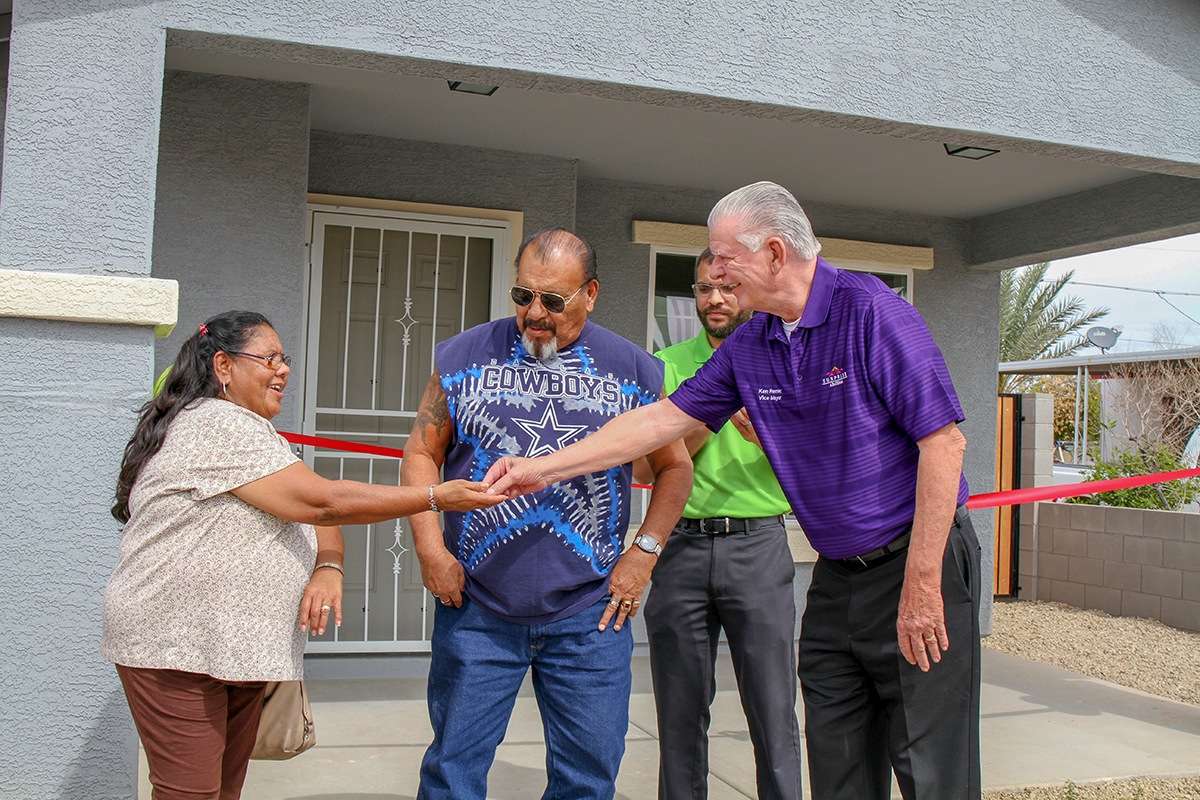 Vice Mayor Ken Remley hands Yolanda and Manuel Diaz the keys to their newley-constructed home